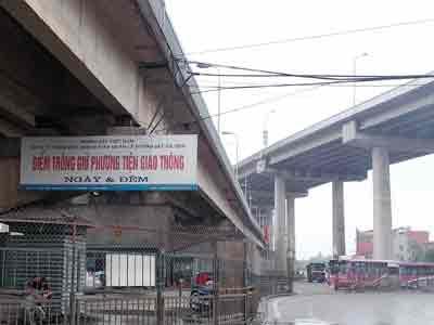 Gầm cầu do Bộ GTVT quản cũng thành bãi đỗ xe - 1