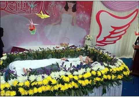 TQ: Nữ sinh tự tổ chức đám tang cho mình - 4