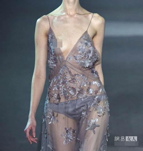 Người mẫu nude làm nóng sàn catwalk - 12