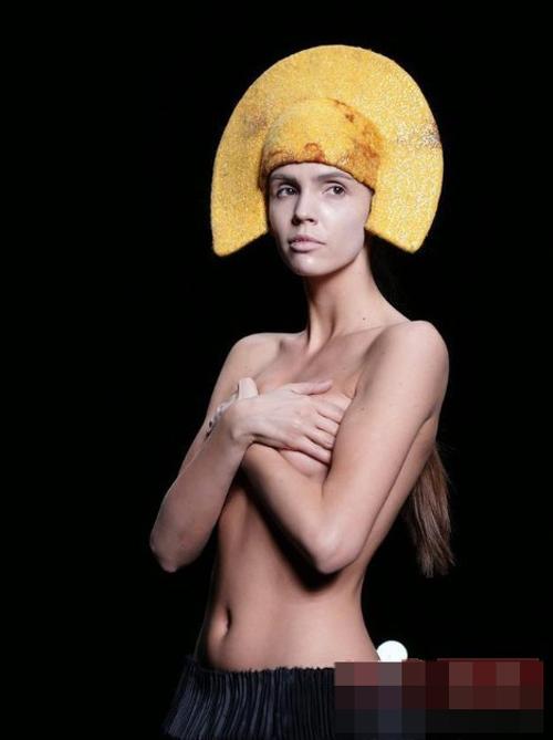 Người mẫu nude làm nóng sàn catwalk - 4