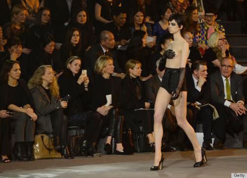 Người mẫu nude làm nóng sàn catwalk - 7