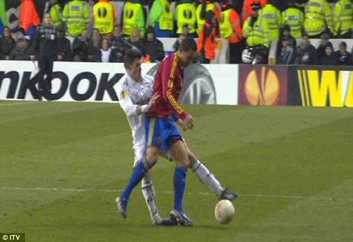 Pha gập cổ chân kinh hoàng của Bale - 1