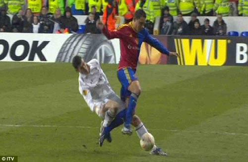 Pha gập cổ chân kinh hoàng của Bale - 2