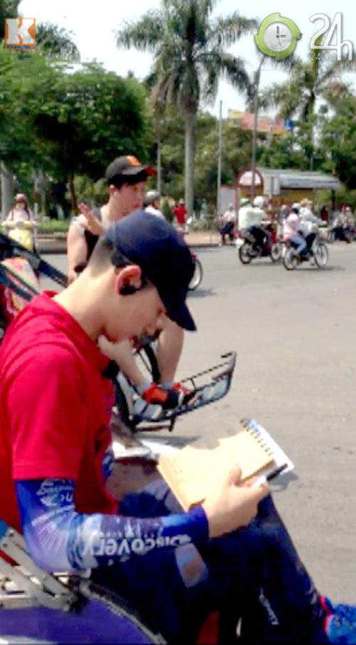 Eun Hyuk ngồi xích lô đi dạo cố đô Huế - 5