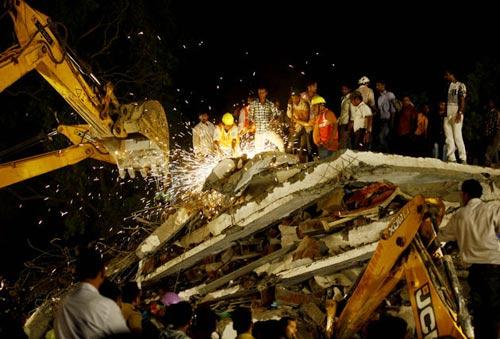 Ấn Độ: Nhà sập tan tành, 72 người thương vong - 1