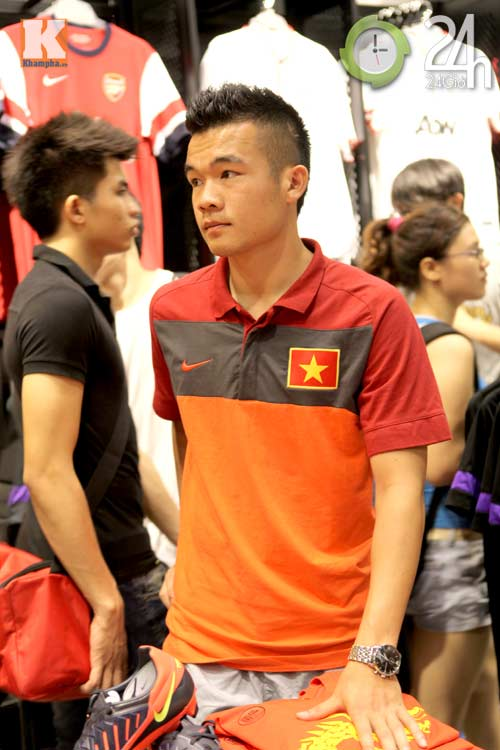 Công Vinh thân mật với chồng Hà Tăng - 9