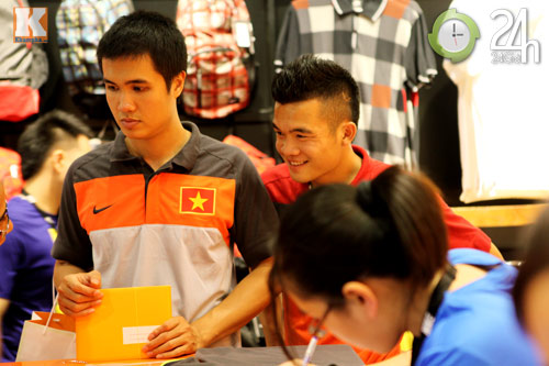 Công Vinh thân mật với chồng Hà Tăng - 11