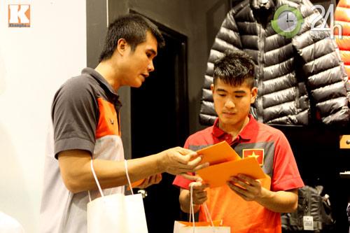 Công Vinh thân mật với chồng Hà Tăng - 12