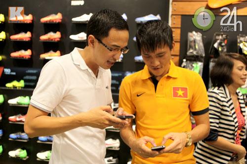 Công Vinh thân mật với chồng Hà Tăng - 4
