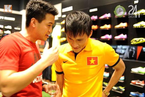 Công Vinh thân mật với chồng Hà Tăng - 5