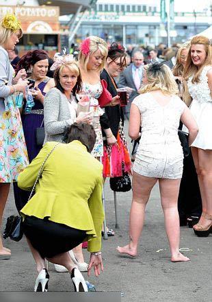 Quý cô quá khích tại lễ hội thời trang - 6