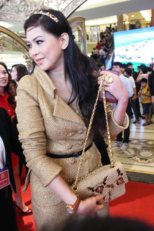 """Mẹ chồng Hà Tăng """"dát"""" đầy hàng hiệu - 7"""