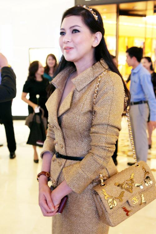 """Mẹ chồng Hà Tăng """"dát"""" đầy hàng hiệu - 19"""
