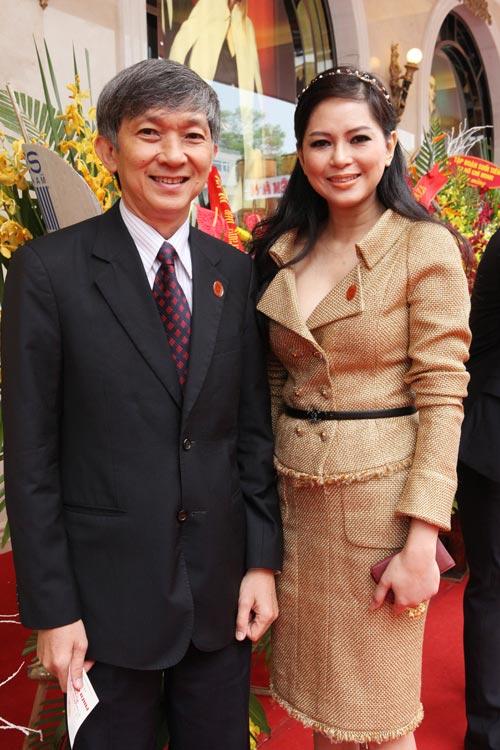 """Mẹ chồng Hà Tăng """"dát"""" đầy hàng hiệu - 1"""
