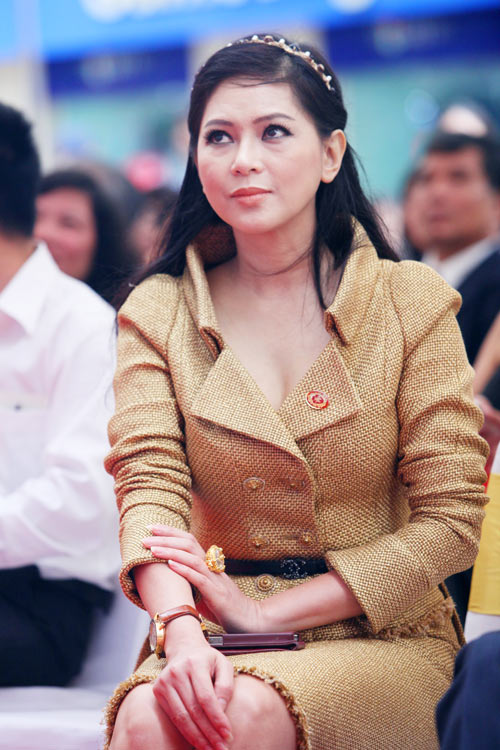 """Mẹ chồng Hà Tăng """"dát"""" đầy hàng hiệu - 2"""