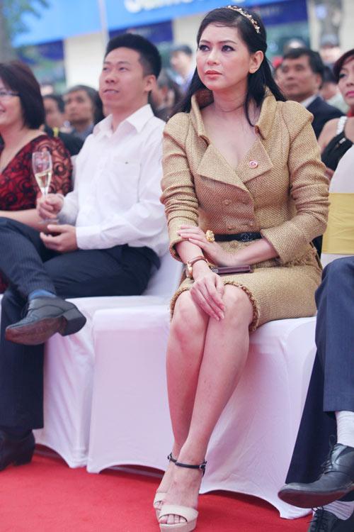 """Mẹ chồng Hà Tăng """"dát"""" đầy hàng hiệu - 11"""