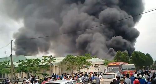 Cháy xưởng may, hơn 1000 xe máy cháy rụi - 2