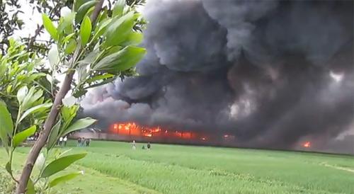 Cháy xưởng may, hơn 1000 xe máy cháy rụi - 3