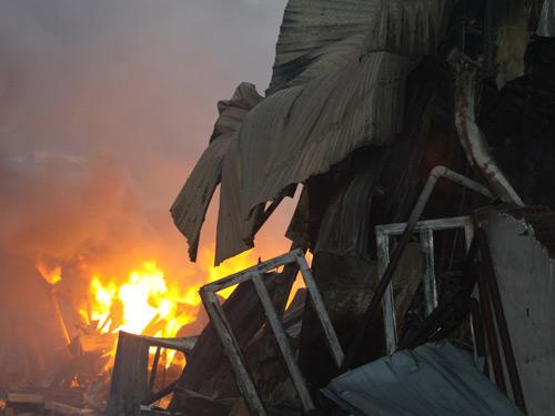 Cháy xưởng may, hơn 1000 xe máy cháy rụi - 4