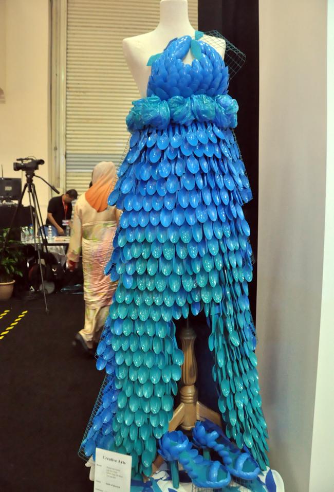 Chiếc váy độc dáo này được trưng bày tại Lễ hội giày quốc tế Malaysia lần thứ 4 vừa được tổ chức hồi cuối tháng 3