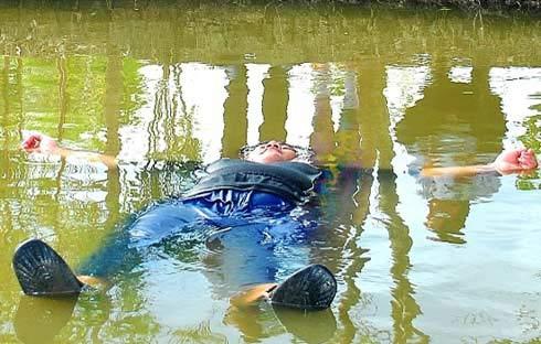 Cà Mau: Chàng trai 120kg tự nổi trên sông - 1