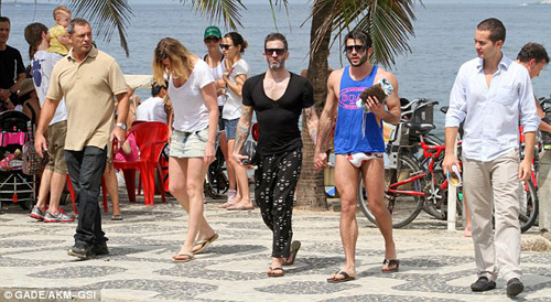 Marc Jacobs âu yếm người tình ở bãi biển - 10
