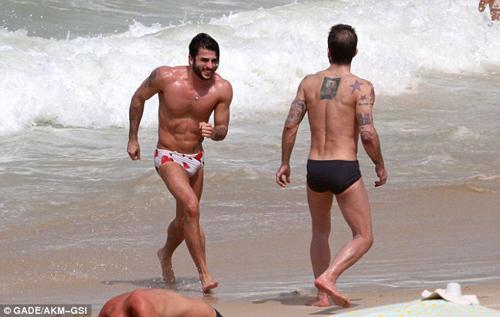 Marc Jacobs âu yếm người tình ở bãi biển - 2