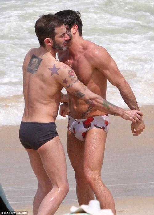 Marc Jacobs âu yếm người tình ở bãi biển - 4
