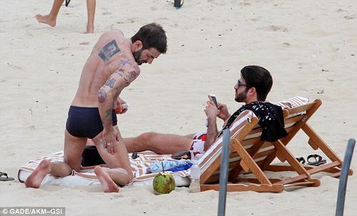 Marc Jacobs âu yếm người tình ở bãi biển - 5