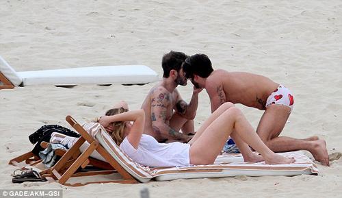 Marc Jacobs âu yếm người tình ở bãi biển - 6