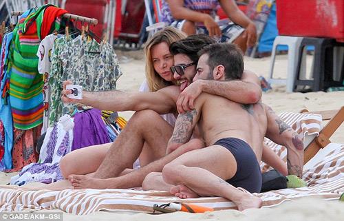 Marc Jacobs âu yếm người tình ở bãi biển - 8