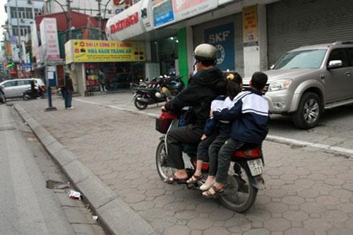 Ngày đầu phạt MBH: CSGT đưa trẻ đến trường - 2