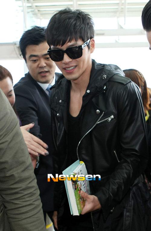 Bae Yong Joon bí mật xuất ngoại - 8