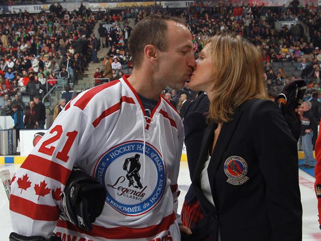 Ray Ferraro (VĐV hockey) và nữ đồng nghiệp Cammi Granato.
