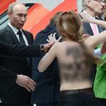 Ô tô - Xe máy - Putin bị phụ nữ khỏa thân 'tấn công' tại gian hàng Volkswagen