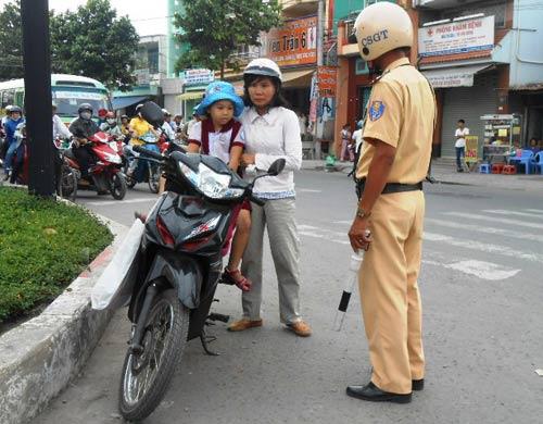 TPHCM: Ngày đầu phạt không đội MBH cho trẻ - 1