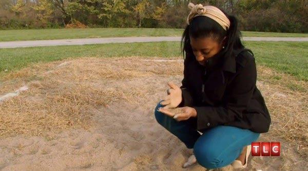 Cô gái ăn... cát thay quà vặt - 1