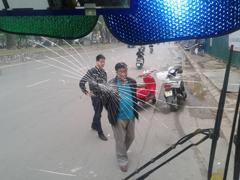 Côn đồ cướp vô lăng, đập vỡ kính xe buýt - 1