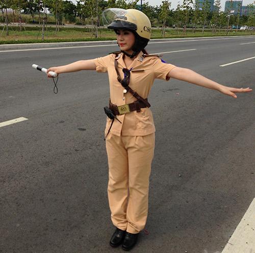 """""""Cô gái Trung Hoa"""" bất ngờ làm cảnh sát - 1"""