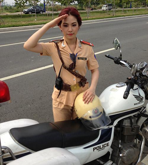 """""""Cô gái Trung Hoa"""" bất ngờ làm cảnh sát - 6"""