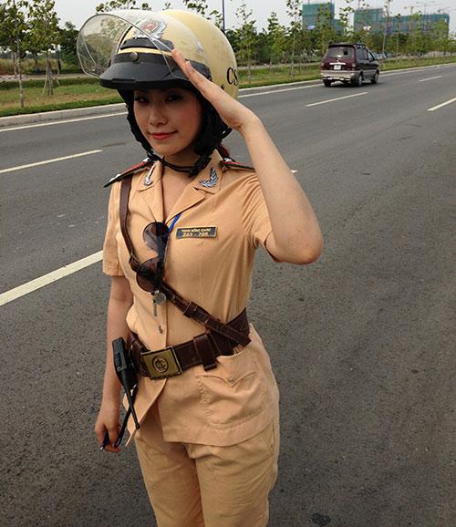 """""""Cô gái Trung Hoa"""" bất ngờ làm cảnh sát - 7"""