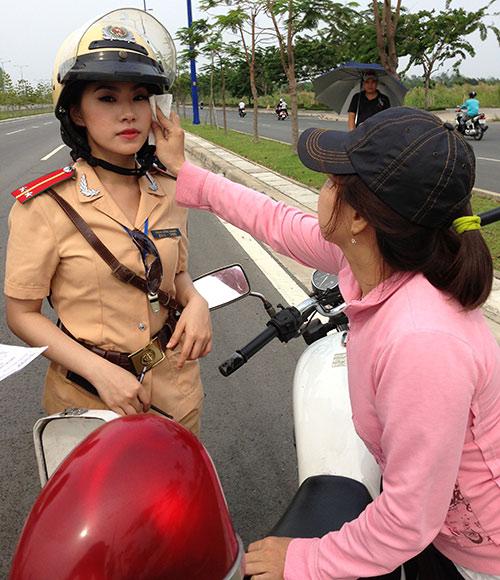 """""""Cô gái Trung Hoa"""" bất ngờ làm cảnh sát - 14"""