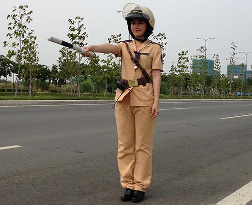 """""""Cô gái Trung Hoa"""" bất ngờ làm cảnh sát - 3"""