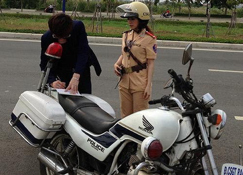 """""""Cô gái Trung Hoa"""" bất ngờ làm cảnh sát - 10"""
