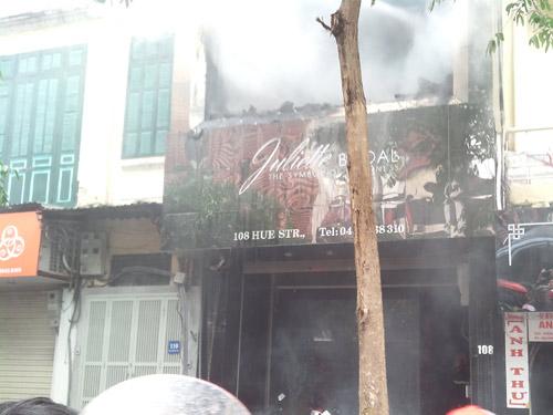 Hà Nội: Cửa hàng váy cưới bị thiêu rụi - 3