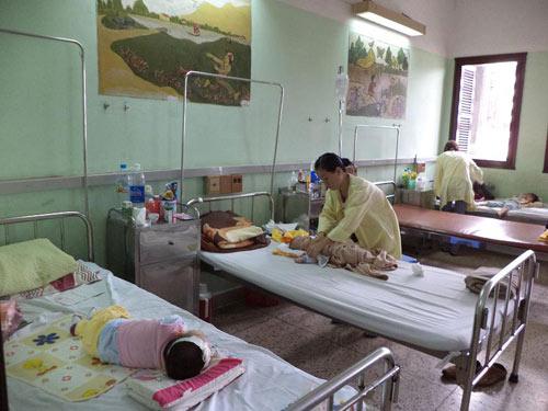 Trẻ bệnh nặng vì mẹ không biết chăm sóc - 1