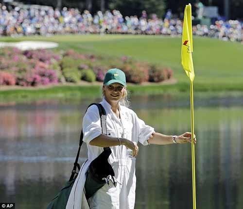McIlroy khóa môi Wozniacki trên sân golf - 4