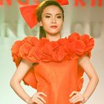 Thời trang - Yến Trang lóng ngóng diễn catwalk