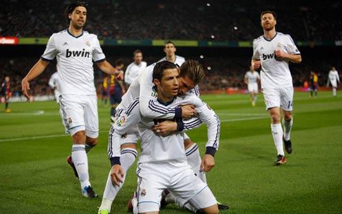 Ronaldo đang hay hơn Messi? - 1