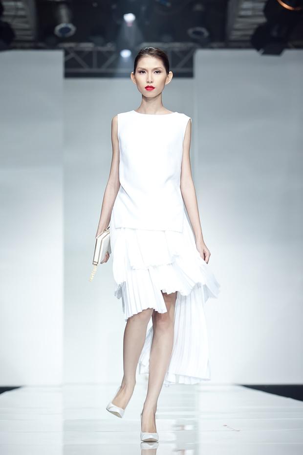 Lê Thúy sải bước với phong cách trắng - 14